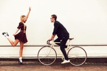 pareja-alegre-divirtiendose-al-aire-libre_1140-36